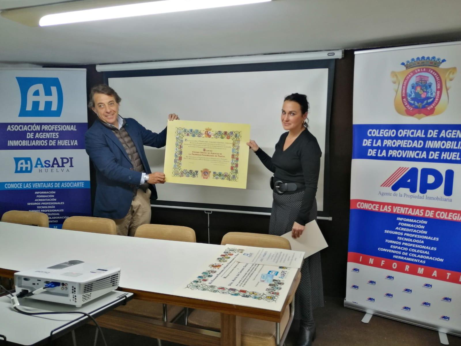 COAPIHUELVA ENTREGA DE DIPLOMA A COLEGIADA Dª MARIA DEL CARMEN GUERRA ARENAS